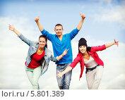 Купить «Группа тинейджеров на улице радуются, подняв руки вверх», фото № 5801389, снято 20 июля 2013 г. (c) Syda Productions / Фотобанк Лори