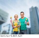 Купить «Молодые мужчина и женщина держат в руках малярные кисти», фото № 5801521, снято 16 февраля 2014 г. (c) Syda Productions / Фотобанк Лори