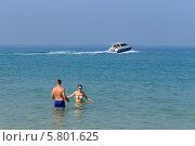 """Отдыхающие на берегу на фоне катера. Пляж """"Голубая лагуна"""" (Сай Кео, Sai keaw Beach или Военный пляж). Паттайя, Королевство Таиланд (2014 год). Редакционное фото, фотограф Григорий Писоцкий / Фотобанк Лори"""
