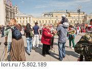Купить «Женщина ветеран ВОВ на Театральной площади во время праздника Победы 9 мая», эксклюзивное фото № 5802189, снято 9 мая 2013 г. (c) Алёшина Оксана / Фотобанк Лори