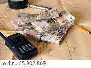 Пачки денег лежат на фоне чертежей. Стоковое фото, фотограф Евгений Кулагин / Фотобанк Лори