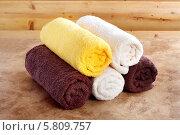 Купить «Традиционная деревянная сауна для отдыха с набором разноцветных чистых полотенец», фото № 5809757, снято 2 марта 2014 г. (c) Lora Liu / Фотобанк Лори