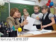 Купить «Дети слушают объяснения у стола учителя», эксклюзивное фото № 5810337, снято 12 октября 2013 г. (c) Вячеслав Палес / Фотобанк Лори