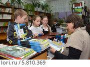 Купить «Дети в школьной библиотеке», эксклюзивное фото № 5810369, снято 20 января 2014 г. (c) Вячеслав Палес / Фотобанк Лори