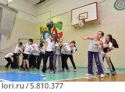 Групповые упражнения на уроке физкультуры (2014 год). Редакционное фото, фотограф Вячеслав Палес / Фотобанк Лори