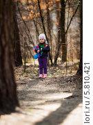 Маленькая девочка с игрушками в весеннем лесу. Стоковое фото, фотограф Евгений Андреев / Фотобанк Лори
