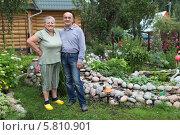 Купить «Счастливая пожилая пара на дачном участке», фото № 5810901, снято 4 августа 2013 г. (c) Игорь Долгов / Фотобанк Лори