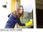 Купить «Русоволосая девушка в резиновых перчатках моет окно», фото № 5811089, снято 12 апреля 2014 г. (c) Ольга Марк / Фотобанк Лори