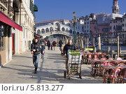 Зеленщик, везущий овощи около моста Риальто в Венеции (2013 год). Редакционное фото, фотограф Алексей Яковлев / Фотобанк Лори