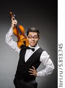 Купить «Элегантный молодой человек со скрипкой», фото № 5813745, снято 1 марта 2014 г. (c) Elnur / Фотобанк Лори