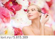 Молодая женщина наносит макияж на веки с помощью кисточки. Стоковое фото, фотограф Syda Productions / Фотобанк Лори