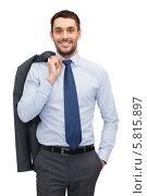 Купить «Дружелюбный бизнесмен стоит с перекинутым через плечо пиджаком, рука в кармане брюк», фото № 5815897, снято 15 марта 2014 г. (c) Syda Productions / Фотобанк Лори