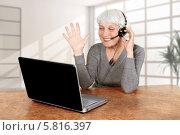 Пожилая женщина за столом перед ноутбуком. Стоковое фото, фотограф Anhelina Tarasenko / Фотобанк Лори