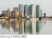 Купить «Современный жилой дом на берегу реки», эксклюзивное фото № 5816489, снято 16 апреля 2014 г. (c) Алексей Букреев / Фотобанк Лори
