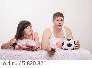 Купить «Девушка красит ногти в постели, парень эмоционально смотрит футбол», фото № 5820821, снято 23 марта 2014 г. (c) Иванов Алексей / Фотобанк Лори