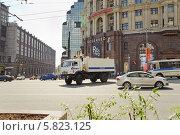 Купить «Полицейский КАМАЗ разворачивается на Тверской улице», эксклюзивное фото № 5823125, снято 9 мая 2013 г. (c) Алёшина Оксана / Фотобанк Лори