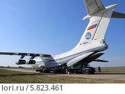 Купить «Погрузка военно-транспортного самолёта Ил-76 МД (бортовой номер RA-78817 )», эксклюзивное фото № 5823461, снято 8 апреля 2014 г. (c) Алексей Гусев / Фотобанк Лори
