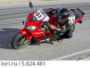 Купить «Мотоциклист проходит поворот на треке. Вид сверху», фото № 5824481, снято 28 августа 2013 г. (c) Алексей Крылов / Фотобанк Лори