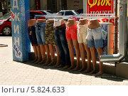 Купить «Распродажа джинсов, ряд манекенов у магазина», эксклюзивное фото № 5824633, снято 10 мая 2013 г. (c) Щеголева Ольга / Фотобанк Лори