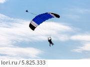 Купить «Прыжок парашютистов в тандеме», эксклюзивное фото № 5825333, снято 13 апреля 2014 г. (c) Сергей Лаврентьев / Фотобанк Лори
