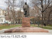 Купить «Москва. Памятник Твардовскому в сквере на Страстном бульваре», фото № 5825429, снято 18 апреля 2014 г. (c) Антон Павлов / Фотобанк Лори