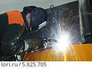 Купить «Сварщик за работой», фото № 5825705, снято 28 марта 2014 г. (c) Дмитрий Калиновский / Фотобанк Лори