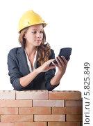 Купить «Женщина строитель с калькулятором возле кирпичной стены», фото № 5825849, снято 27 июля 2012 г. (c) Elnur / Фотобанк Лори