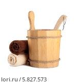 Купить «Деревянное ведро с ковшом для сауны и чистые полотенца», фото № 5827573, снято 2 марта 2014 г. (c) Lora Liu / Фотобанк Лори