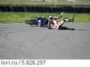 Купить «Мотоспорт, тренировка, падение», фото № 5828297, снято 30 мая 2013 г. (c) Алексей Крылов / Фотобанк Лори