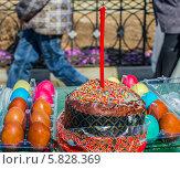 Купить «Пасхальные угощения: кулич, разноцветные крашеные яйца ждут обряда освящения в канун святого праздника Пасха», фото № 5828369, снято 19 апреля 2014 г. (c) Светлана Васильева / Фотобанк Лори