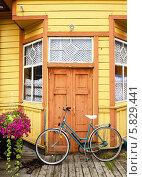 Старый велосипед у деревянного дома (2013 год). Стоковое фото, фотограф Валерия Попова / Фотобанк Лори