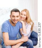 Купить «Портрет молодой счастливой пары в домашней обстановке», фото № 5830237, снято 9 февраля 2014 г. (c) Syda Productions / Фотобанк Лори