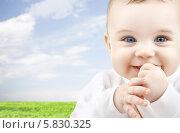 Купить «Прелестный маленький мальчик улыбается на фоне голубого неба», фото № 5830325, снято 22 декабря 2007 г. (c) Syda Productions / Фотобанк Лори