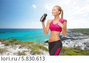 Купить «Спортивная девушка пьет воду из специальной пластиковой бутылки после физических тренировок», фото № 5830613, снято 23 марта 2013 г. (c) Syda Productions / Фотобанк Лори