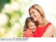 Купить «Мама с дочкой сидят, крепко обняв друг друга, на природе», фото № 5830697, снято 20 января 2013 г. (c) Syda Productions / Фотобанк Лори