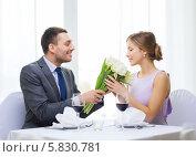 Купить «Романтическое свидание в ресторане. Молодой мужчина дарит девушке букет цветов», фото № 5830781, снято 9 марта 2014 г. (c) Syda Productions / Фотобанк Лори
