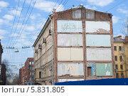 Купить «Стена дома со следами соседнего снесенного дома. Санкт-Петербург», эксклюзивное фото № 5831805, снято 21 апреля 2014 г. (c) Александр Щепин / Фотобанк Лори