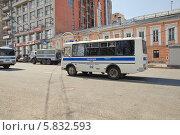 Купить «Полицейский транспорт в Большом Путинковском переулке», эксклюзивное фото № 5832593, снято 9 мая 2013 г. (c) Алёшина Оксана / Фотобанк Лори