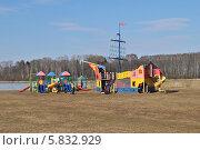 Купить «Детские игровые площадки на берегу озера Сенеж в Солнечногорске Московской области», эксклюзивное фото № 5832929, снято 12 апреля 2014 г. (c) lana1501 / Фотобанк Лори