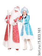 Купить «Дед Мороз и Снегурочка», фото № 5833161, снято 17 октября 2013 г. (c) Сергей Сухоруков / Фотобанк Лори