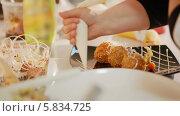 Купить «Сервировка блюда», видеоролик № 5834725, снято 3 апреля 2014 г. (c) Данил Руденко / Фотобанк Лори