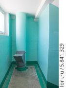 Купить «Мусоропровод в подъезде жилого дома», эксклюзивное фото № 5841329, снято 3 апреля 2014 г. (c) Дудакова / Фотобанк Лори
