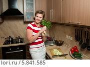 Купить «Девушка на кухне с петрушкой и укропом в руках», фото № 5841585, снято 13 июня 2013 г. (c) Михаил Ворожцов / Фотобанк Лори