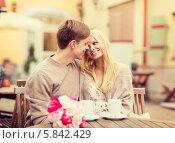 Купить «Романтическая счастливая молодая пара на романтическом свидании в кафе», фото № 5842429, снято 6 сентября 2013 г. (c) Syda Productions / Фотобанк Лори