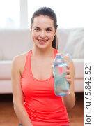 Купить «Спортивная девушка с бутылкой воды дома», фото № 5842521, снято 1 апреля 2014 г. (c) Syda Productions / Фотобанк Лори