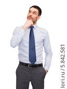 Купить «Позитивный молодой мужчина задумчиво смотрит в сторону, рука на подбородке», фото № 5842581, снято 15 марта 2014 г. (c) Syda Productions / Фотобанк Лори