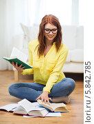 Купить «Скоро сессия. Студентка в очках готовится к экзаменам, сидя дома на полу с учебниками», фото № 5842785, снято 19 марта 2014 г. (c) Syda Productions / Фотобанк Лори