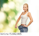 Купить «Стройная девушка в больших джинсах радуется снижению веса», фото № 5842805, снято 23 марта 2013 г. (c) Syda Productions / Фотобанк Лори