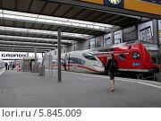 Купить «Железнодорожный вокзал Мюнхена (München Hauptbahnhof). Электропоезда», эксклюзивное фото № 5845009, снято 30 июля 2013 г. (c) Илюхина Наталья / Фотобанк Лори