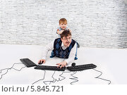 Отец и сын на полу играют с клавиатурами. Стоковое фото, фотограф Daniil Nikiforov / Фотобанк Лори